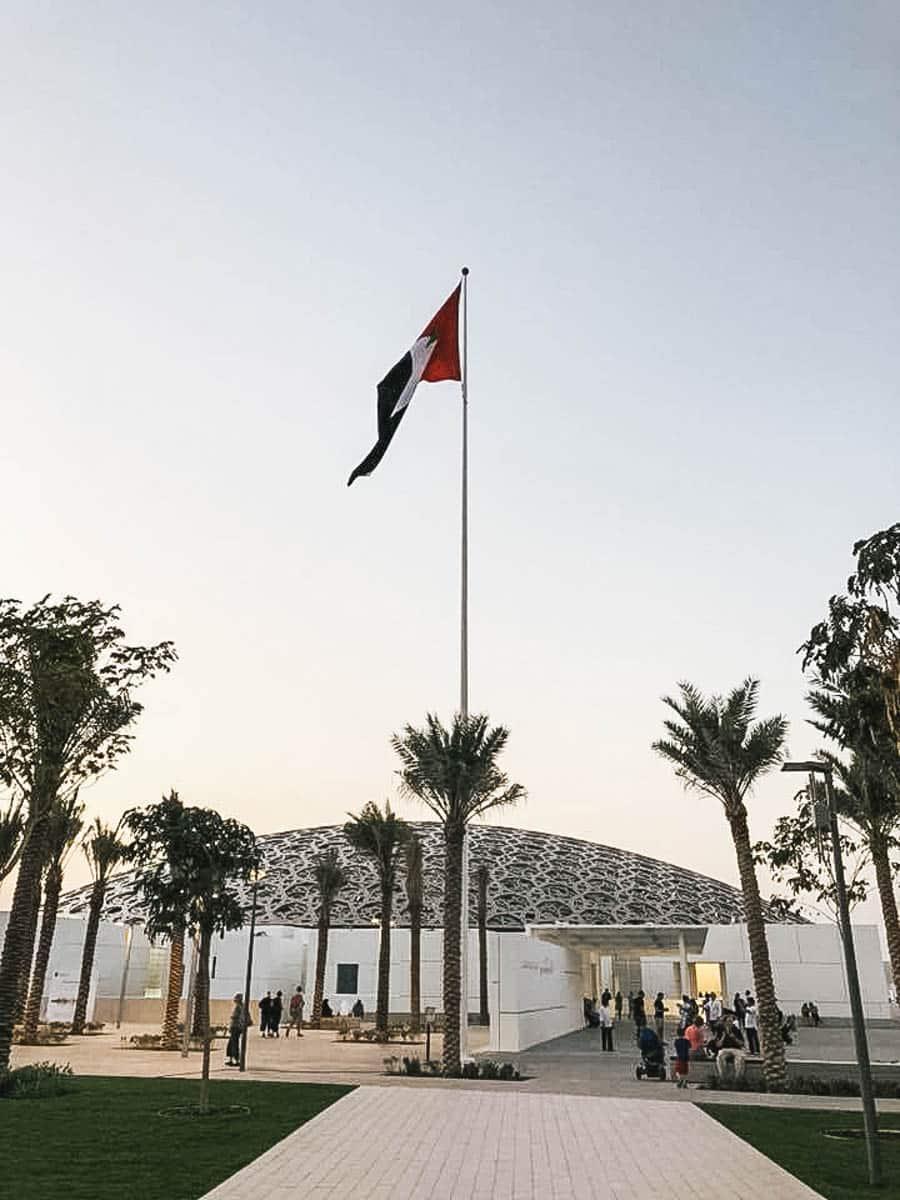 louvre drapeau abu dhabi