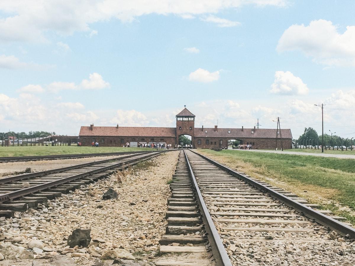 rails auschwitz entrée