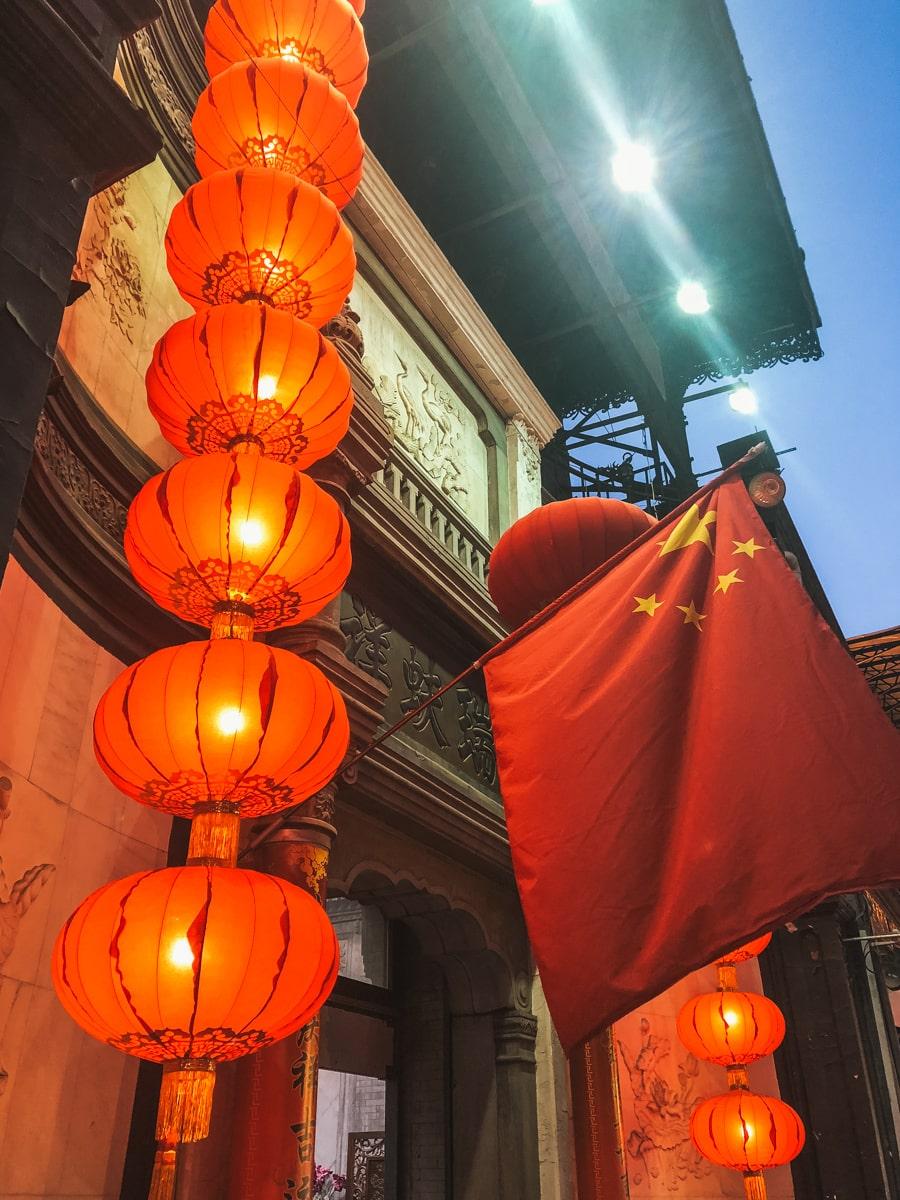 ruelle drapeau lanterne pékin chine