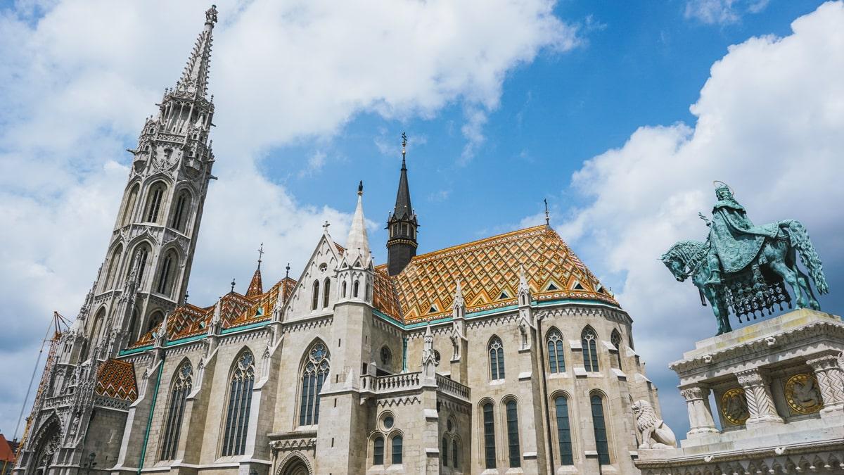 église statue budapest