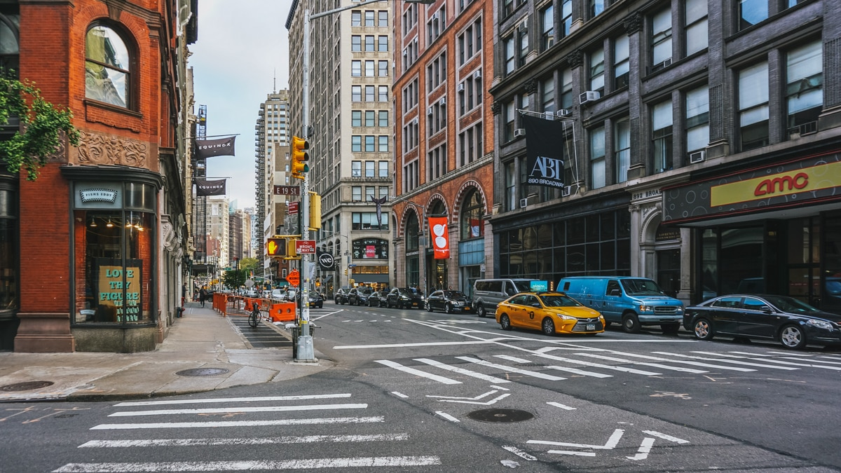 rue taxi buildings new york