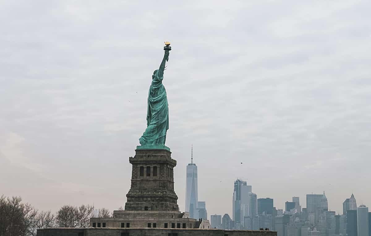statue île buildings new york