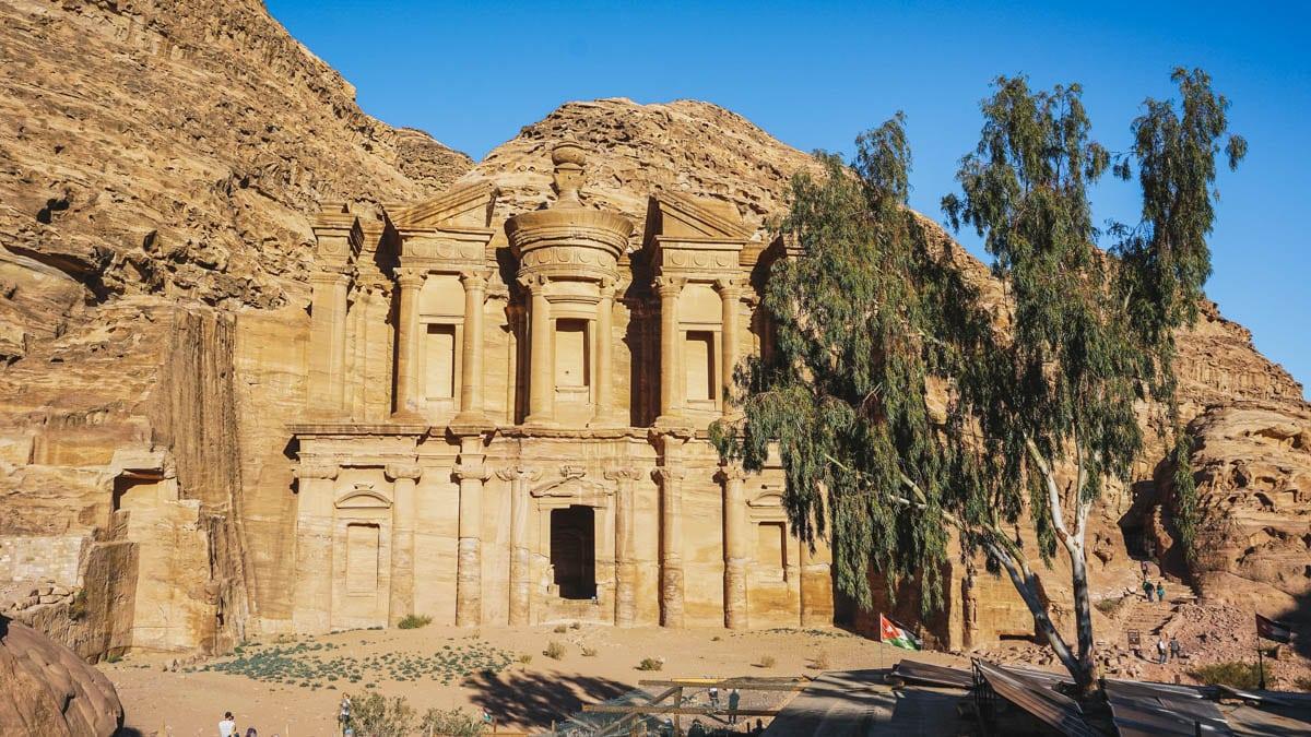 monastère arbre pétra jordanie