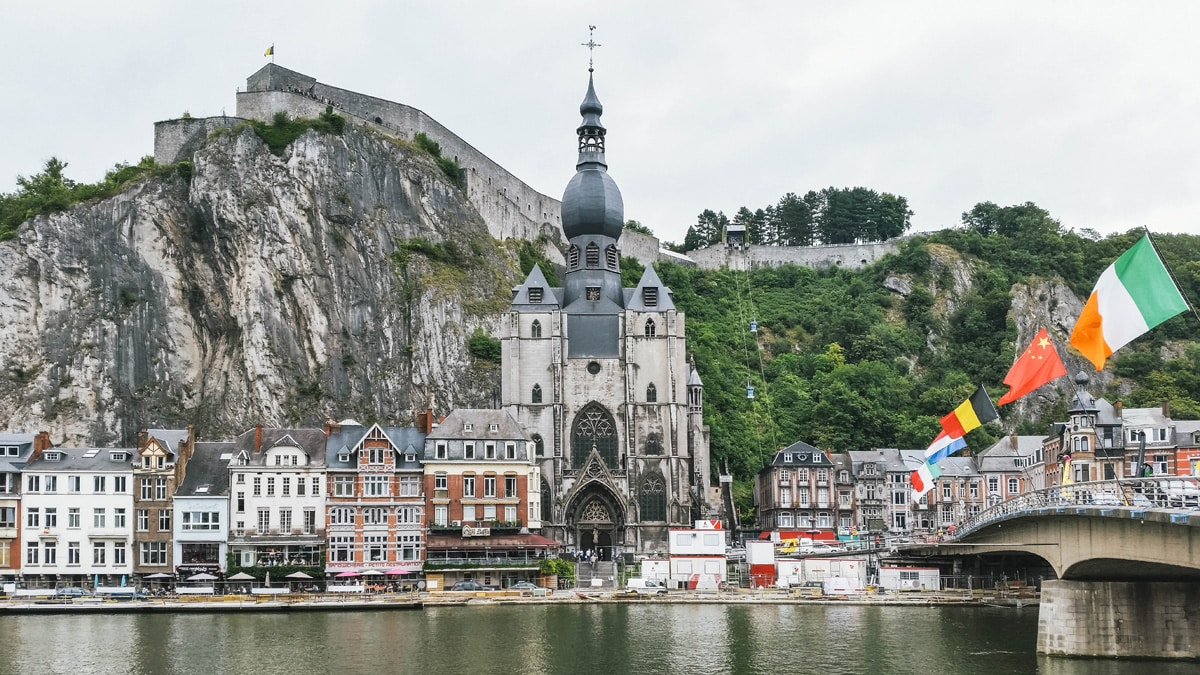 église drapeaux rivière belgique